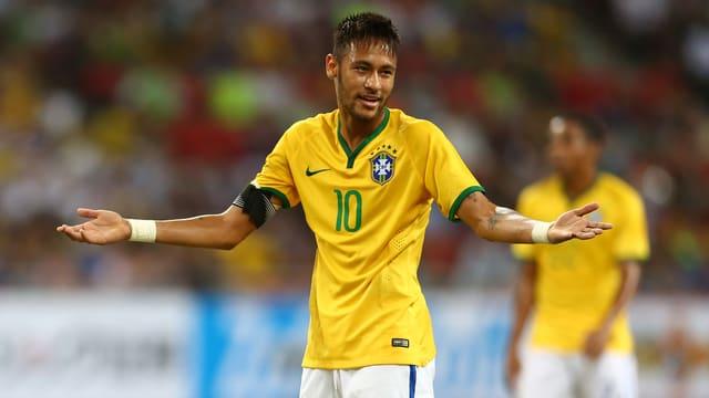 Brasiliens Stürmer Neymar macht mit angezogenen Schultern und einem fragenden Blick seinen Unmut über den Schiedsrichterentscheid
