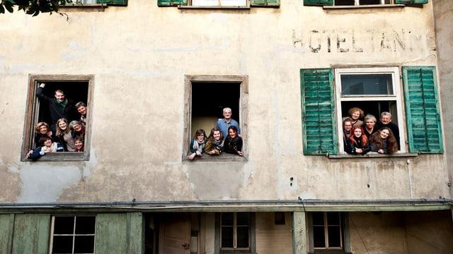 Das Sommertheater-Ensemble blickt in den Hinterhof der Tanne.
