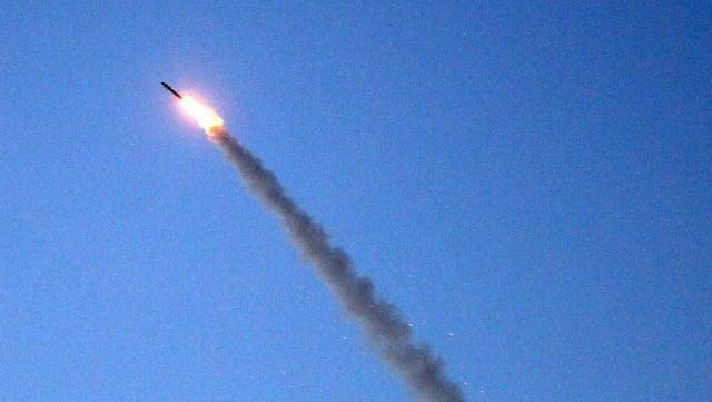 Rakete des israelischen Abwehrsystems Iron Dome vor blauem Himmel mit langer Rauchschwade.