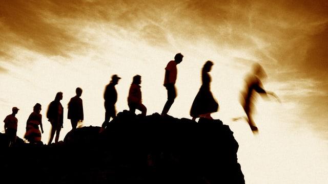 Ein Felsen, darauf eine Reihe von Menschen, die alle nacheinander den Absprung wagen.