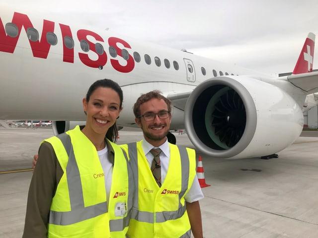 Kiki Maeder und Christopher Schilly vor dem Linienflugzeug Airbus A220
