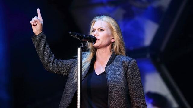 Anna Loos auf der Bühne mit erhobenem Zeigefinger