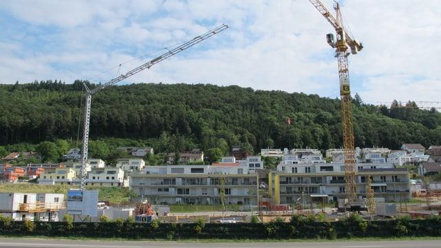 Rohbau in Beringen mit zwei Baukränen.