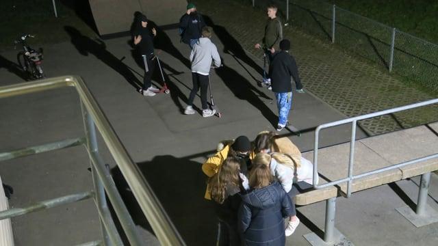 Schön getrennt: Eine Fünfergruppe mit Mädchen und eine Fünfergruppe mit Jungs auf dem Pausenplatz.