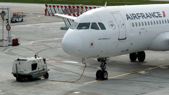 Flugzeug am Boden am Tanken