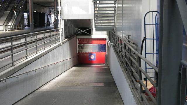 Der Eingang zur Unterführung - direkt beim Gleis.