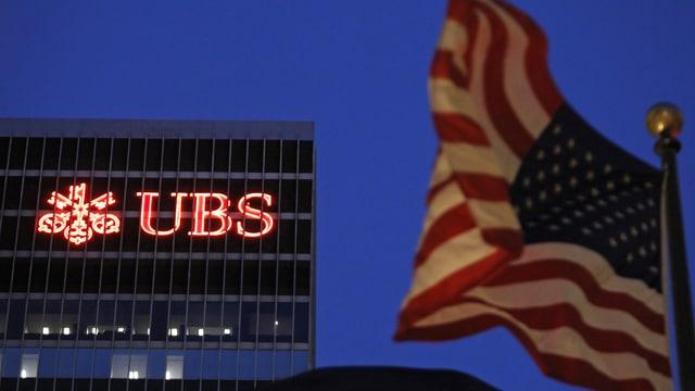 US-Flagge vor der UBS in New York