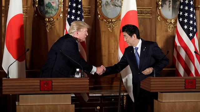 Beide Männer geben sich die Hand.