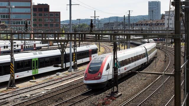 Ein Zug verlässt den Bahnhof St. Gallen.