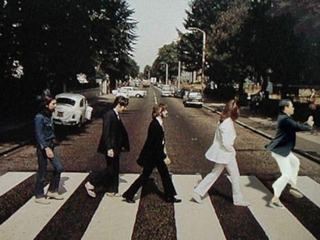 In dieser Bildmontage laufen die Beatles und der Sänger Psy über den Zebrastreifen der Abby Road.