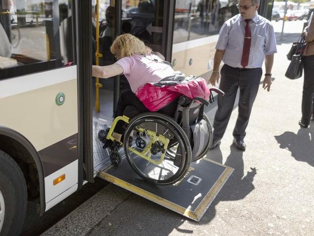 Fermadas ston vegnir sanadas per garantir ina entrada en il bus senza barriera.