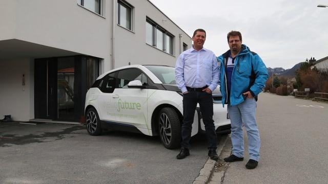 Stefan Herger il possesur da la chasa cun in cundrez fotovoltaic e Venanzi Pfister da la Riienergie.