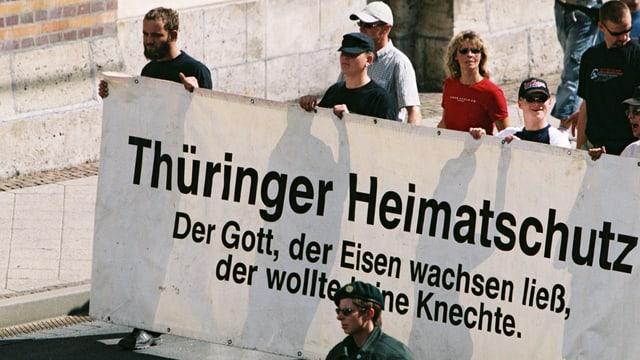 Demonstration Rechstradikaler mit eine Frau im Bild.