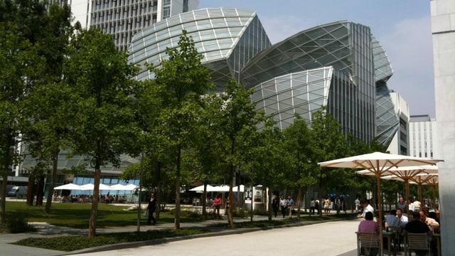 Zeitgenössische Architektur, davor ein Park.