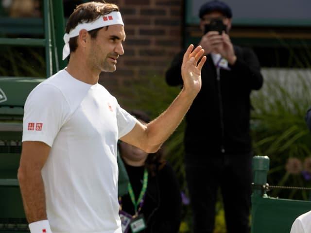 Roger Federer winkt mit der linken Hand.