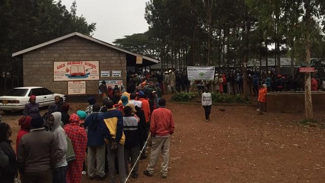 Warteschlange vor einem Wahllokal in einem kleinen Dorf namens Gaschier.