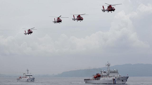 Schiffe und Helikopter.