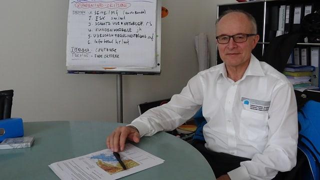 Markus Feltscher - il directur da l'Assicuranza d'edifizis dal Grischun en ses biro.