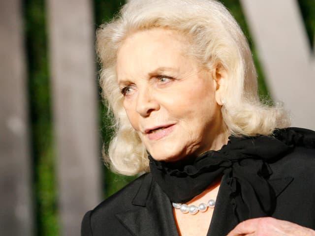 Die blonde Bacall schwarz gekleidet auf einer Aufnahme von 2011.