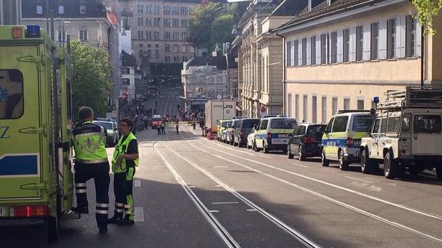 Ina via a Basilea cun blers vehichels da polizia.