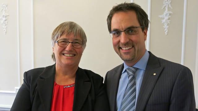 Kathrin Altwegg )l.) nimmt den Preis von Bernhard Emch (r.) gerne entgegen.