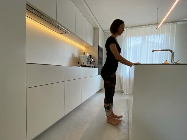 Frau in Küche.