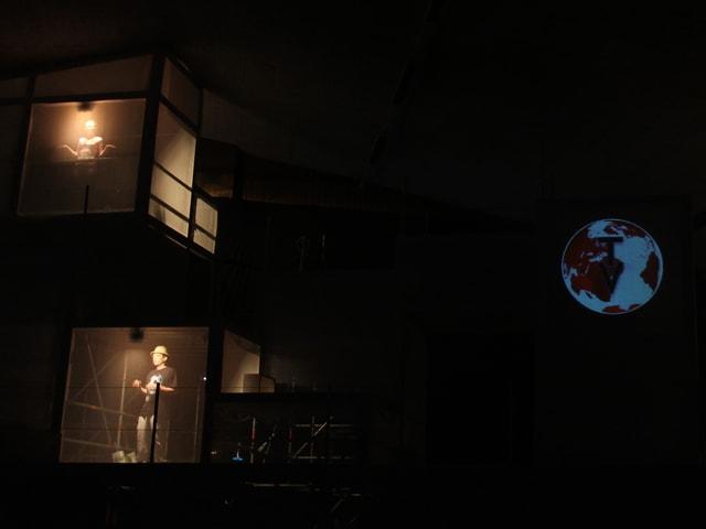 Zwei junge Menschen in der Dunkelheit beleuchtet.