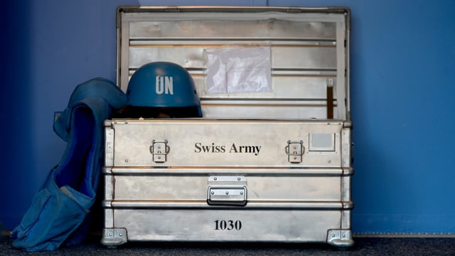 UN-Blauhelm und ein Schweizer Armeekoffer