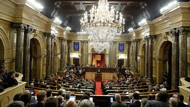 Carles Puigdemont durant ses discurs en il parlament catalan.