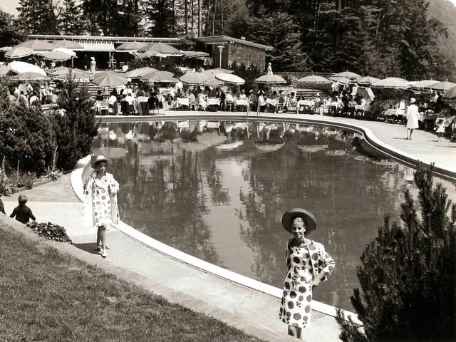 Blick auf das Bürgenstock-Freibad während einer Modeschau in den 1960er-Jahren.