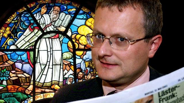 Werner de Schepper vor einem Kirchenfenster mit einer «Blick»-Zeitung.