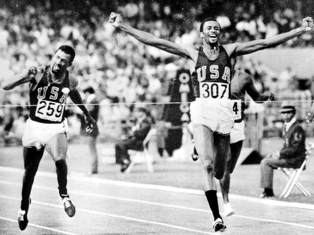 Tommie Smith (rechts) lief in Weltrekordzeit vorneweg, Landsmann John Carlos belegte Rang 3.