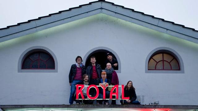 Menschen auf einem Dach mit dem Schriftzug Royal