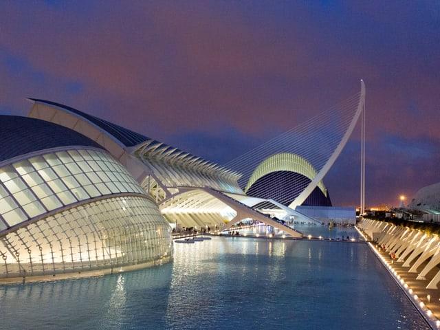 Futuristische Gebäude am Wasser