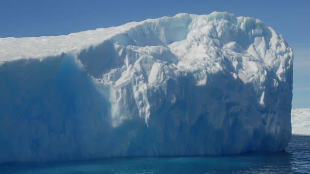 Ein Eisklotz so hoch wie ein Mehrfamilienhaus treibt in den Gewässern der Antarktischen Halbinsel.