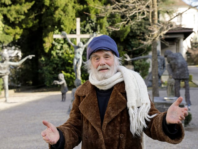 Pfarrer auf Friedhof