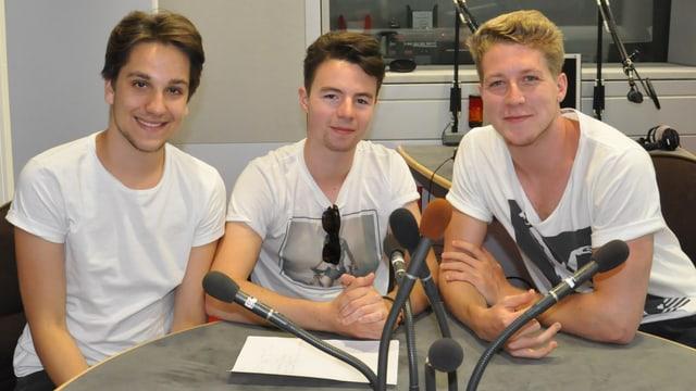 Il trio grischun da la gruppa Tawnee en il studio da RTR.
