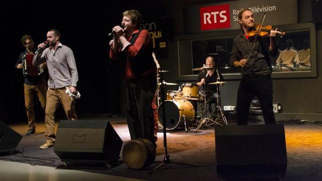 Anach Cuan singt mit Band auf der RTS-Bühne