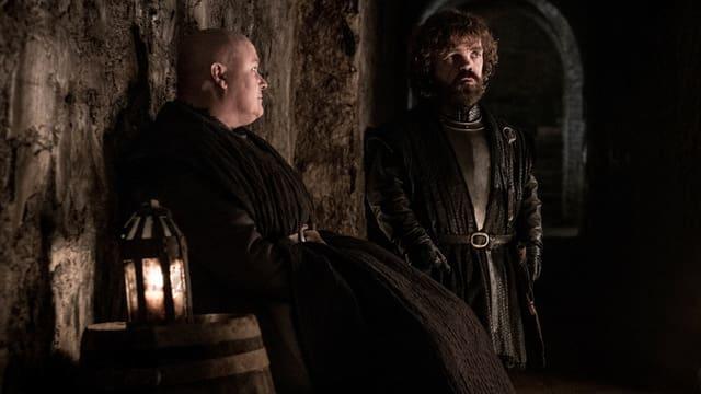 Zwei Männer sitzen in einer Gruft.