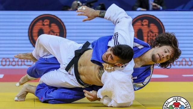 Zwei Judoka ringen auf einer Matte