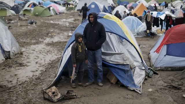 Syrische Flüchtlinge vor einem Zelt in Idomeni