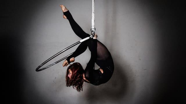 Beatrice Kessi macht Kunststücke in der Luft im Ring.