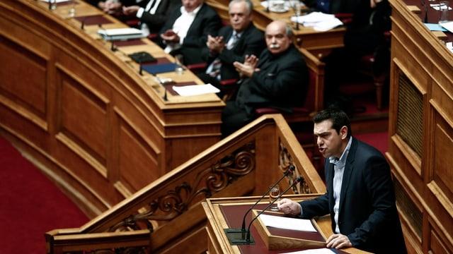 Il primminister grec Alexis Tsipras en il parlament grec.