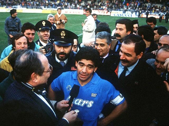 Diego Maradona wird in den 80er-Jahren von Journalisten belagert.
