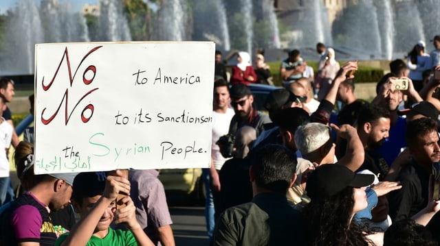 Syrische Bürger demonstrieren gegen die neuen Sanktionen der USA.