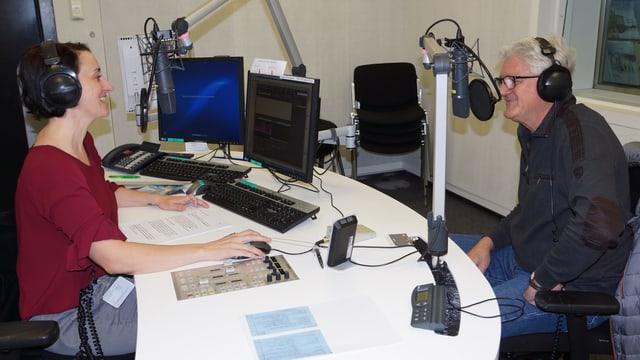 Renate Anderegg und Claudio Gmür im Radiostudio.
