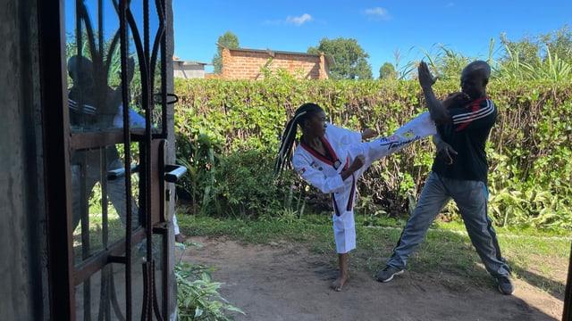 Frau und Mann beim Taekwondo-Training