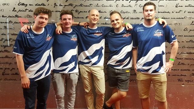 Fünf Männer in blau-weissen Trikots stehen nebeneinander.