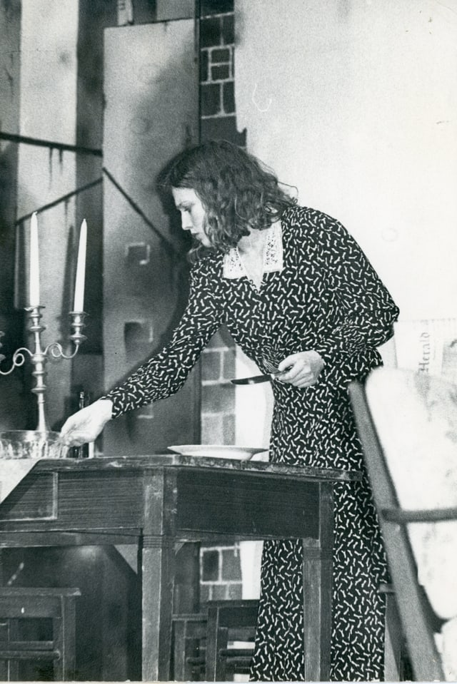 La giuvna Corin Curschellas vid metter a meisa en il teater
