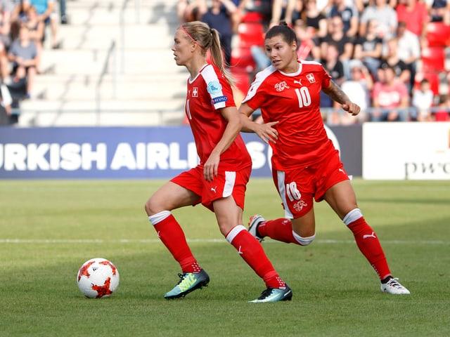 Die Schweizer Routiniers Lara Dickenmann mit dem Ball und Ramona Bachmann.